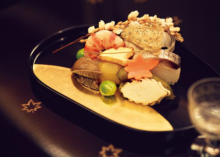 <p>11月の八寸。このわた、鯖寿司、小芋、エビ、サツマイモなどを使った吹き寄せで、イチョウや紅葉形の飾り切りで秋らしさを表現している。「目で見て季節を楽しめます。鯖寿司も酢の風味が上品」(前川さん)。</p>