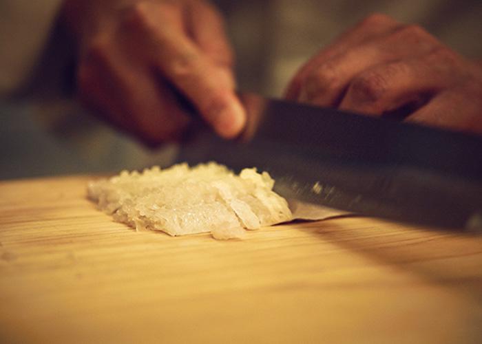 <p>鱧は骨が多いため、下準備で皮を切らずに身と骨だけを切る。ご主人はなんと3cmの間に27回もの切れ目を入れる名人芸!</p>