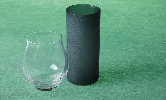 <p>PONTE「<b>ひと口グラス</b>」</p> <p><b>繊細な手吹きガラスに宿る唯一無二の味わい</b><br />京都の硝子作家、佐藤 聡さんの宙吹きガラスは型を使わない技法で一つとして同じものがない。右はサンドブラスト加工のタンブラーでビールやお茶に使える。左のクリアグラスは日本酒やワインに。親しい間ならこんな個性派ギフトを。各8000円(PONTE)</p>