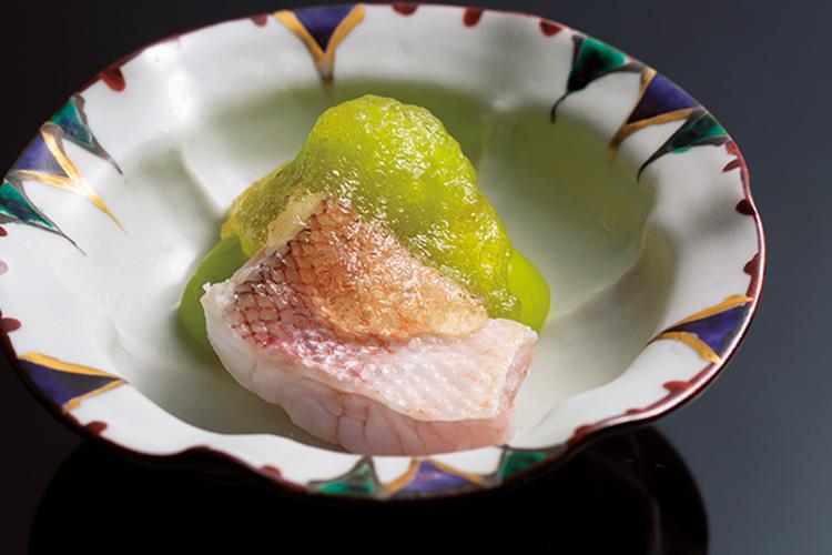 <p>果物酢のジュレで食す、シャインマスカットと甘鯛。フルーツを和食に取り入れた先代の仕事を受け継ぐ一品。</p>
