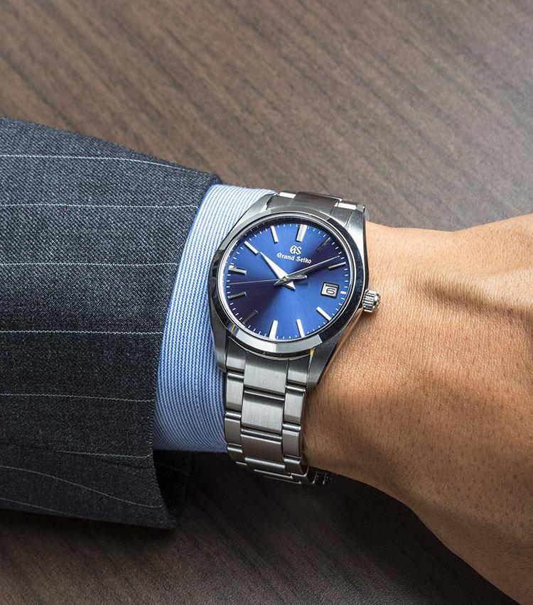 <p><strong>グランドセイコー<br /> SBGX265</strong><br /> 比較的若い層から支持を集めている、ブルーの放射文字板を採用したモデル。スポーティな爽やかさが際立ち、ビジネススタイルにファッション感度の高いイメージを加えてくれる。オールシーズン使えるが、特にカジュアルな夏の半袖コーディネートでも活躍が期待できそうだ。年差±10秒の高精度クオーツキャリバー9F62を搭載。3連のブレスレットも質感が高い。</p>