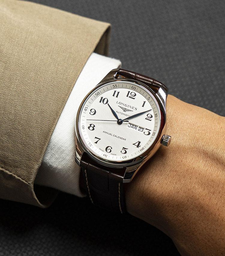 <p><strong>ロンジン<br /> ロンジン マスターコレクション</strong><br /> 清潔感のあるダイヤルデザインに、程よいサイズ感、抜群の視認性、そしてアニュアルカレンダーの実用性と余裕の64時間パワーリザーブ。「仕事用の時計」としても最適な1本だ。</p>