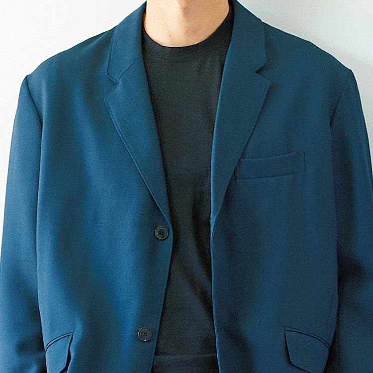 <p><strong>1位<br />休日のスーツ、きれいめなカジュアル感を出すには?【1分で出来るスーツのお洒落】</strong><br />今の時代、スーツはビジネスのためだけの服ではない。実は素材やシルエットの選び方や着こなし方によって、休日服に悩む大人の救世主にもなりえるのだ。写真のようなゆったりとドレープの効いたシルエットやインクブルーのような美しい色みのジャケットは、休日スタイルに大人なリラックス感を演出してくれる。インナーもシャツでなく、黒のタートルやクルーネックニットを着ると全体が引き締まって落ち着いた印象に。<small>(2019年12月号掲載)</small></p>