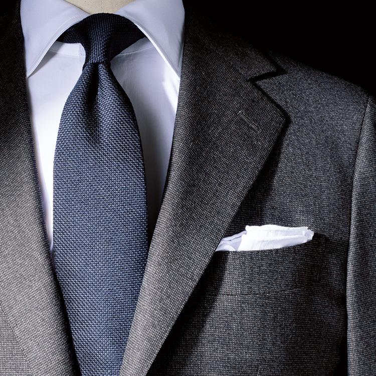 <p><strong>3位<br />グレー無地スーツで差をつけるには?【1分で出来るスーツのお洒落】</strong><br />シンプルなグレーの無地スーツで、人と差をつけたいときはどんな生地感を選ぶと良いか? 一見ソリッドな無地のようでいて、近くで見るとピンチェック柄のように織り柄が入っている生地だと、メランジ感により胸元に奥行きが生まれる。このときネクタイも、織りに凹凸の表情があるものを選ぶと、素材感が調和してバランスよくまとまる。<small>(2020年1・2月号掲載)</small></p>