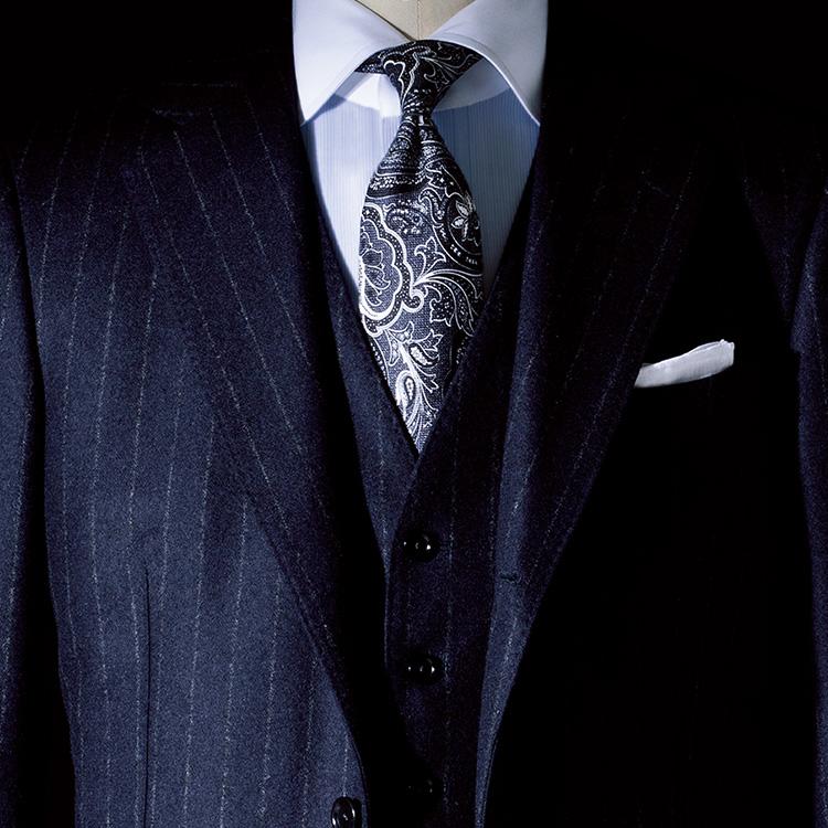 <p><strong>4位<br />紺スーツで貫禄を出すには?【1分で出来るスーツのお洒落】</strong><br />紺スーツで、いつも以上に貫禄をアップさせるには? 無地よりもストライプスーツは縦のラインのメリハリが出て主張を感じさせ、力強い印象になる。またスリーピースもどっしりした貫禄をつけてくれる効果あり。胸元の開きが狭くなるので、大柄のペイズリー柄ネクタイとクレリックシャツでさらに存在感を出そう。<small>(2019年12月号掲載)</small></p>
