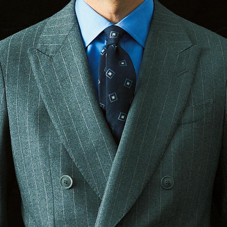 <p><strong>5位<br />グレースーツをパワフルな印象に見せるには?【1分で出来るスーツのお洒落】</strong><br />グレースーツで、パワフルな印象を演出するには? 形はシングルよりダブルのほうが貫禄が出るし、さらにラペルもゴージ低めでかなり太幅なものを選ぶとより力強さが増す。合わせるシャツも、白無地より少し濃いめのブルーシャツだとインパクト大。ダブルブレストで胸元の開きが狭くなる分、ネクタイも少し大きめの幾何学柄で存在感を出そう。<small>(2019年12月号掲載)</small></p>