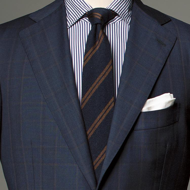 <p><strong>10位<br />スーツ、シャツ、ネクタイとも柄のとき気をつける点は?【1分で出来るスーツのお洒落】</strong><br />スーツ、シャツ、ネクタイとも柄のとき、コーディネートで気をつけたほうがいいことは? 答えは、「柄のピッチ幅をずらす」こと。スーツは大柄のシャドウウインドウペーンなので、シャツはかなり細かなピッチのストライプに。また、シャツが細ピッチなのでネクタイは太いピッチに。こうして柄のピッチをずらすことで、ごちゃごちゃした印象を避けることができる。色のトーンも、あまり多色使いでなく、紺と茶など絞った配色にしたほうがまとまりがよくなる。<small>(2019年12月号掲載)</small></p>
