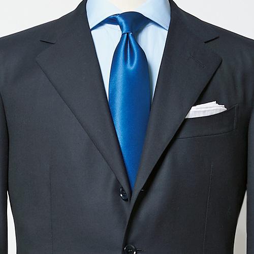 いつもの紺スーツをパーティに活用するなら?【1分で出来るスーツのお洒落】