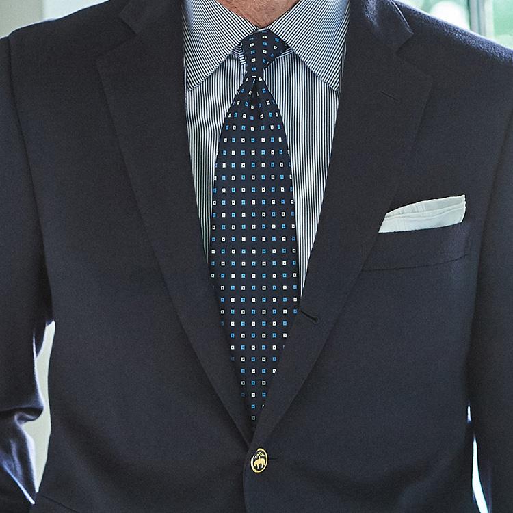 いつもの紺スーツでストイックな胸元を作るには?【1分で出来るスーツのお洒落】