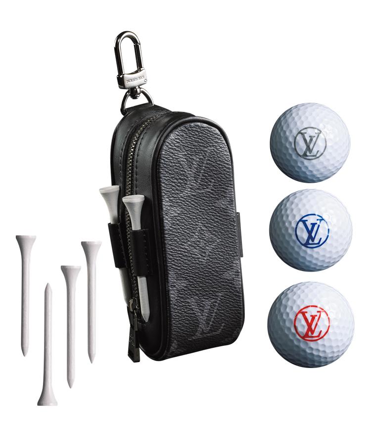 <p>シックな黒モノグラムがリュクス感満点のモノグラム・エクリプス キャンバスのゴルフボールバッグ。ラウンドファスナー開閉式で、3つのゴルフボール、4つのティーがセット。8万9000円</p>
