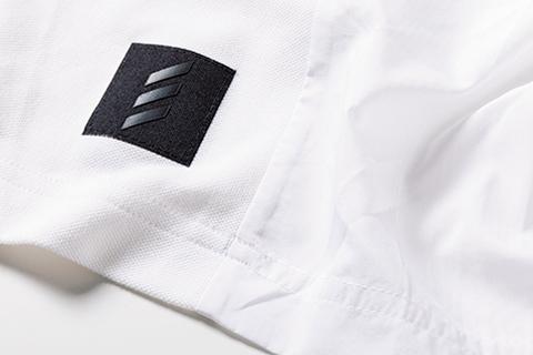 <p>前面と背面で素材切り替えシャツの細部にも技アリ!</p>