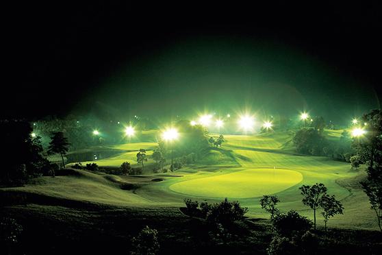 <p><strong>ムーンレイク ゴルフクラブ 市原コース</strong><br /> 高速ICから約5kmとアクセスが良く、都内からでも訪れやすい市原市のゴルフ場。戦略性の高いコースは、LED照明のおかげで夜でもはっきり見渡せる。ナイタープレー後の夜でもお風呂の使用が可能。<br /> <small>住所:千葉県市原市新生603<br /> TEL:0436-37-8855<br /> アクセス:館山自動車道/市原ICから約5km</small></p>