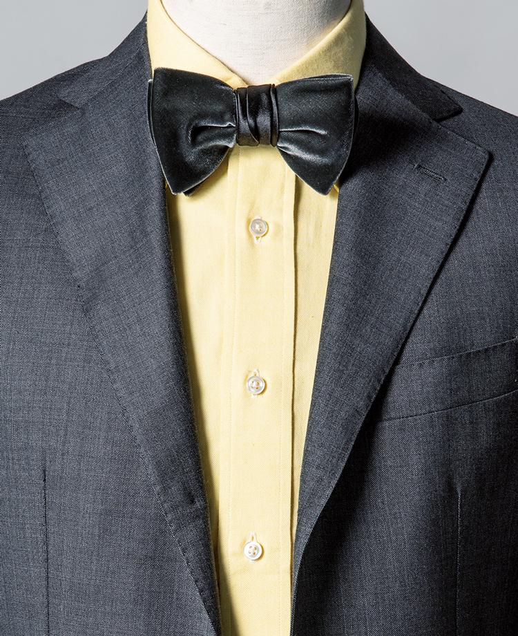 <p><strong>スーツとボウタイをグレーで統一し、カラーシャツの粋を際立たせた。</strong><br /><figcaption>スーツ12万6000円/バルバ(ストラスブルゴ) シャツ9900円〈オーダー価格〉/麻布テーラー(麻布テーラープレスルーム)</figcaption>