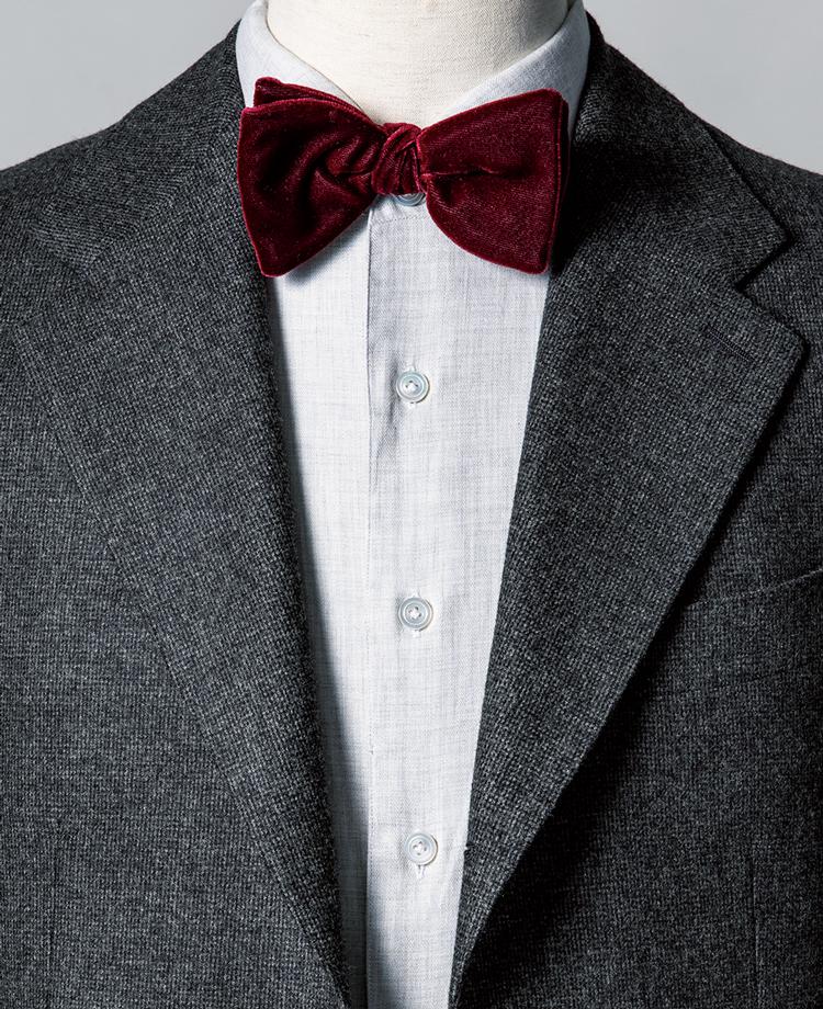 <p><strong>織り柄入りの白シャツで素材感の効いたスーツとボウタイを橋渡し。</strong><br /><figcaption>スーツ4万9000円/ユニバーサルランゲージ(ユニバーサルランゲージ 渋谷店) シャツ2万3000円/エリコ フォルミコラ(エストネーション)</figcaption>