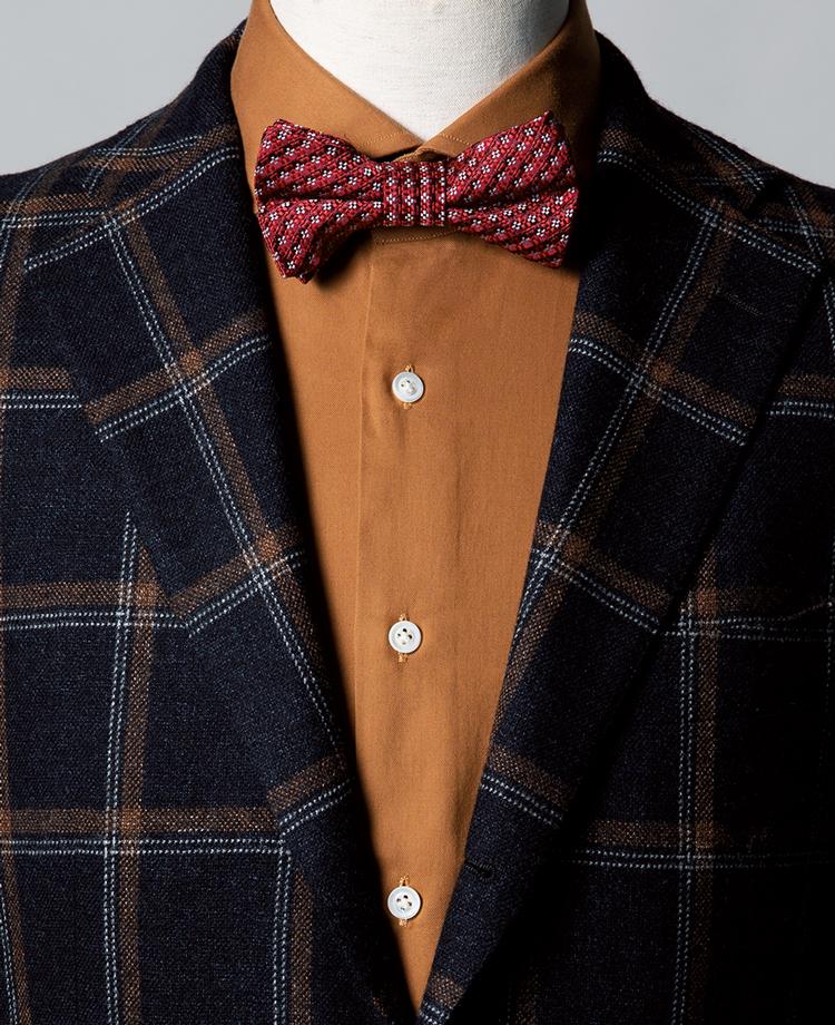 <p><strong>ジャケットのチェックの色をシャツで拾ったコーデに、ボウタイで華やぎプラス。</strong><br /><figcaption>ジャケット3万9000円/ユニバーサルランゲージ(ユニバーサルランゲージ 渋谷店) シャツ4万1000円/バグッタ(トレメッツォ)</figcaption>