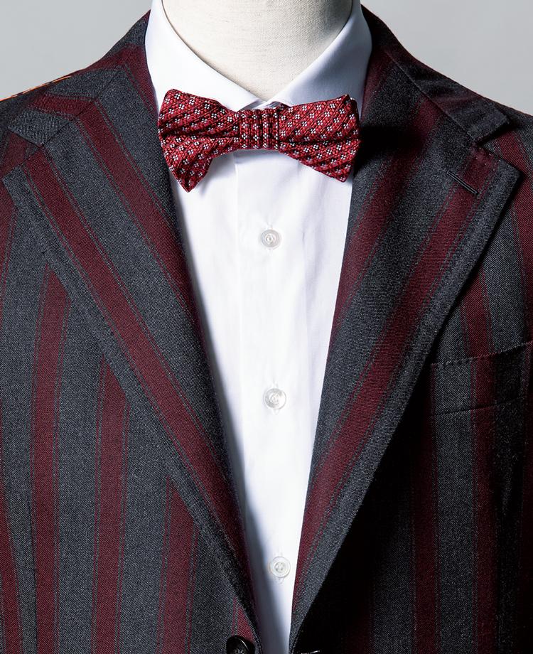 <p><strong>ジャケットはインパクトがあるが、色使いを赤×グレーに徹したことでノーブル感が漂う。</strong><br /><figcaption>スーツ24万円/パイデア(バインド ピーアール) シャツ5万8000円/フライ(ストラスブルゴ)</figcaption>