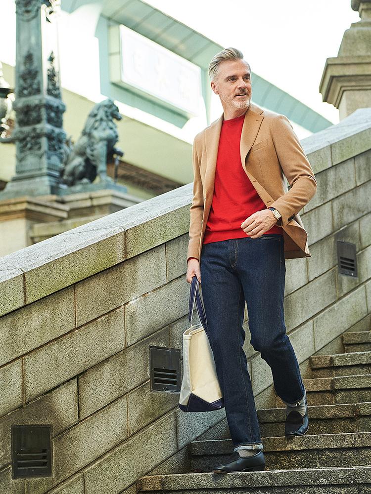 <p><strong>大人の休日スタイルに似合う「キャンバストート」とは?</strong></br>キャメルジャケットに赤ニットというコントラストをつけたスタイル。L.L.ビーンのキャンバストートは、大人の休日鞄として着こなしを引き立ててくれる。</p> <p><a href=