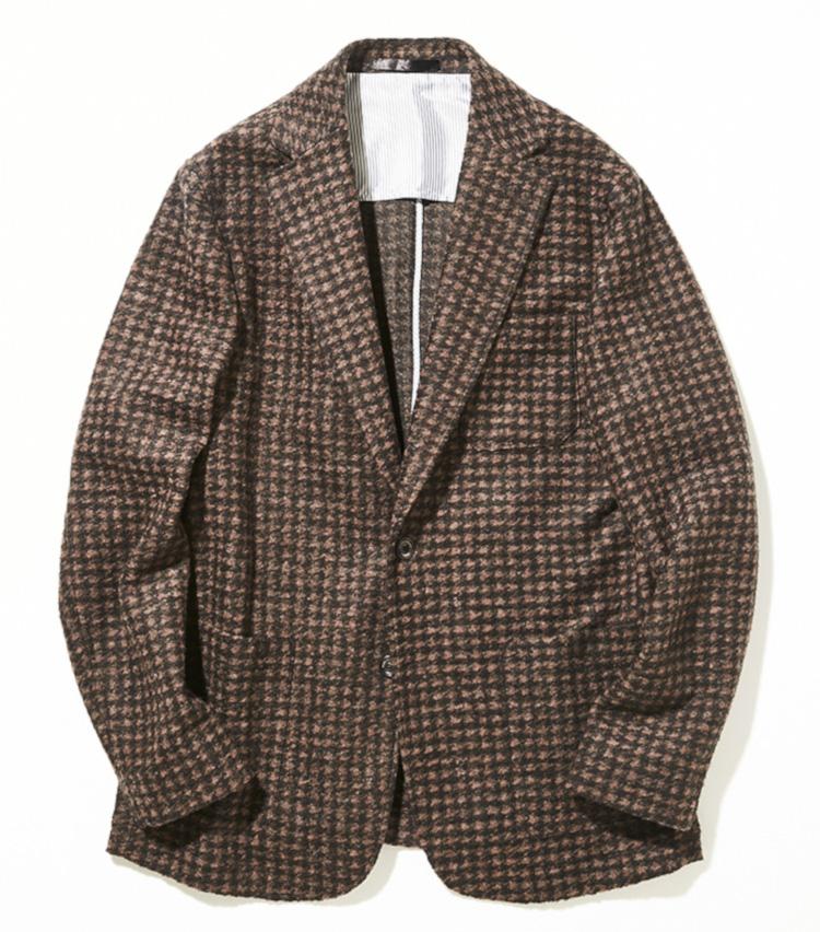 <p><strong>マスターバニーエディション</strong></br>秋冬らしい起毛感のある風合いが魅力の2Bジャケットは、ウールにアクリルとポリエステルを混紡したミックス素材。裏地がなく、軽い着心地が魅力のダブルフェイス生地は、リラックスしたい休日にぴったり。気分を盛り上げる、大胆な大柄の千鳥格子が、顔まわりを明るく見せてくれるいと同時に、クラブハウスでの存在感を際立たせてくれる。5万8000円(マスターバニーエディション)︎</p>