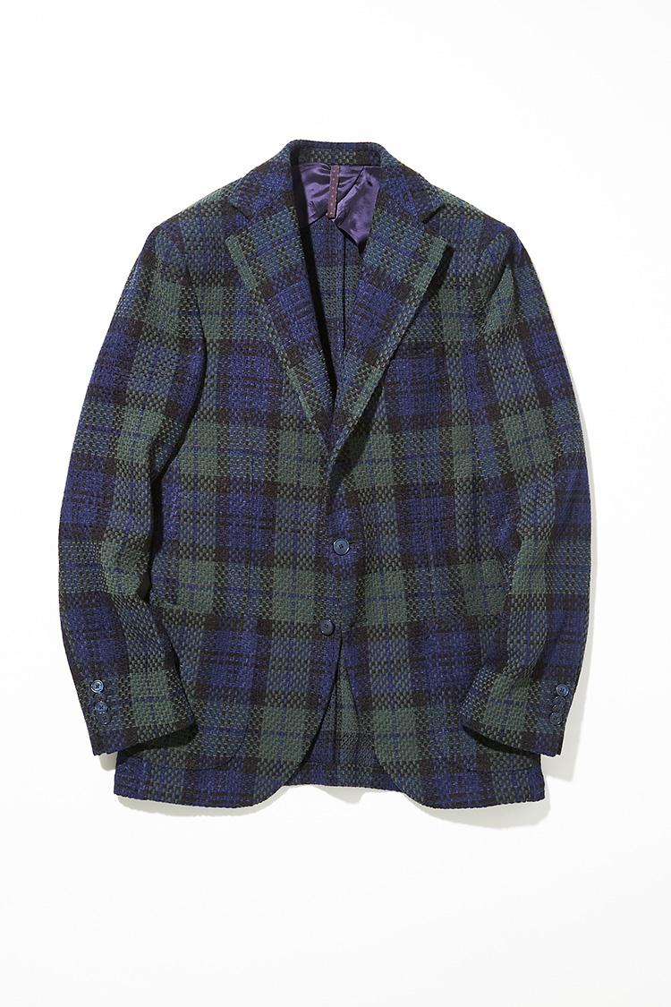 <p><strong>サンタ二エッロ</strong></br>ネイビー×グリーンの大柄チェックの3Bジャケット。ウールにシルクとアクリルをブレンドすることで、表情のある織柄に仕上げている。ウエスト部を程よくシェイプし、やや幅広のラペルがモダンな印象を醸し出す。ミックス感のある重厚な生地だが、背抜きのアンコン仕立てにより、軽やかに羽織れる。8万9000円(バインド ピーアール)</p>