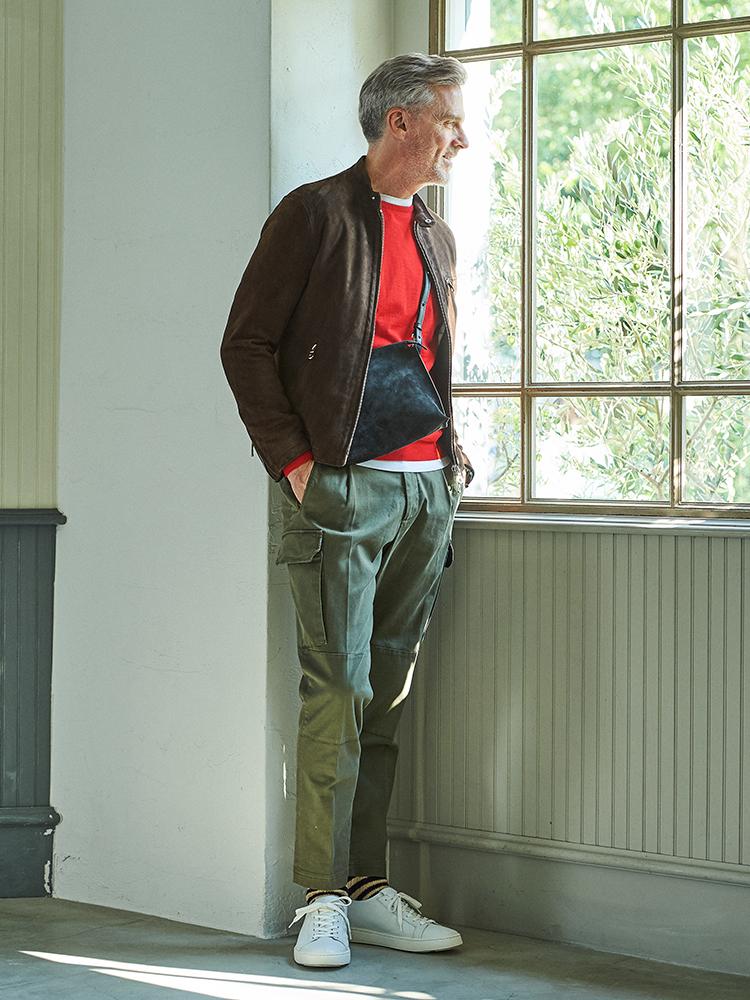 <p><strong>大人の休日アウター「スエードブルゾン」の着こなし方</strong></br>休日に重宝する赤ニットは、上に着るジャケットやアウターにより全然違う雰囲気に見せるのがお洒落の腕の見せどころ。スエードブルゾンを羽織れば、少しクラシックで大人な雰囲気に。</p> <p><a href=