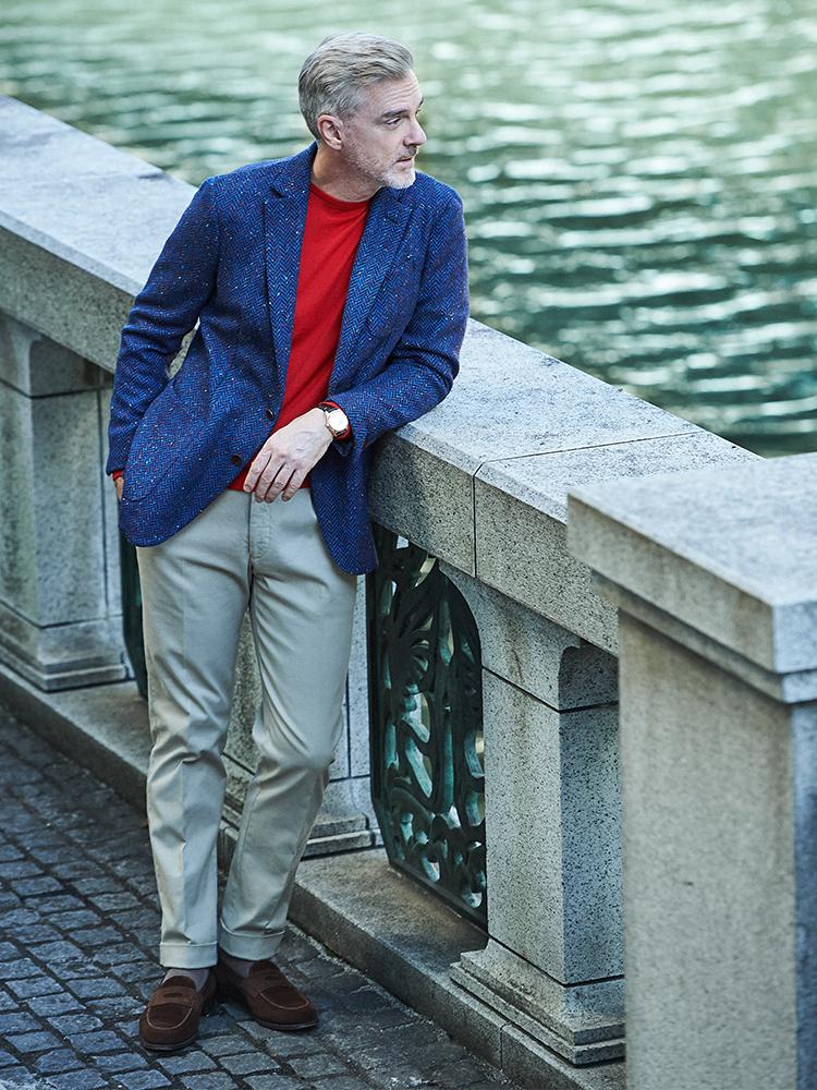 <p><strong>派手になりすぎない「大人の休日ジャケット」選び</strong></br>平日はネイビーやグレーのベーシック色中心のスーツ&ジャケット構成なので、休みの週末は、ときに少し色みのあるジャケットがあってもいい。エルネストのネップツイードジャケットは、近くで見ると多色のネップでインナーも合わせやすい。<br /> <a href=