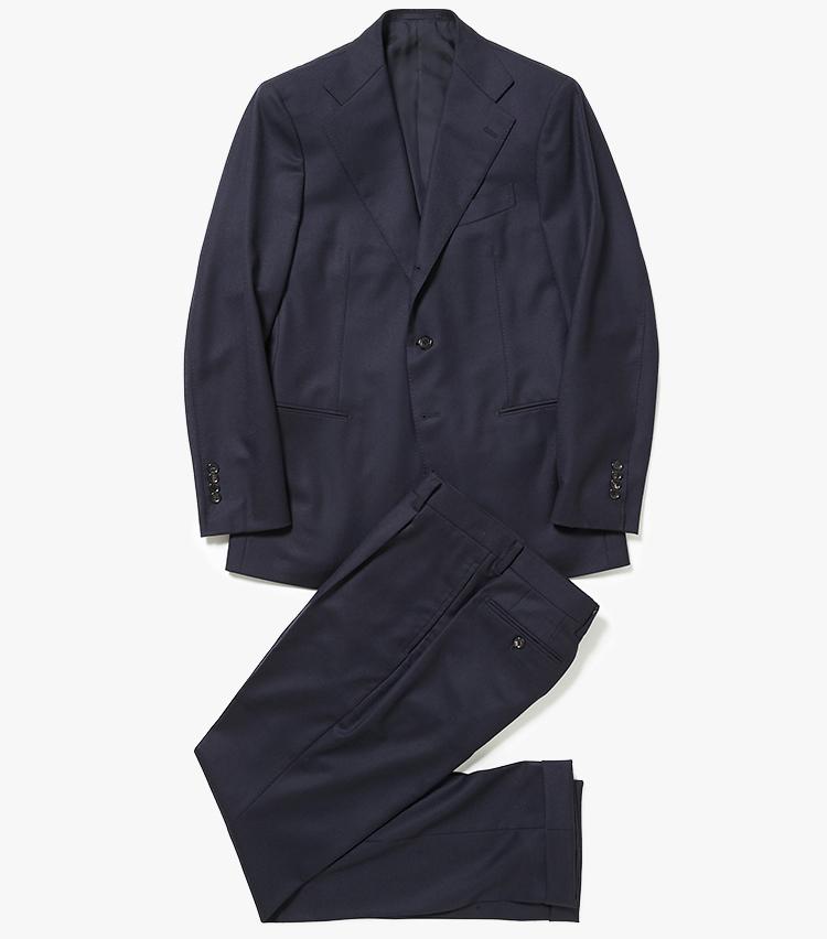 <p><strong>1.イセタンメンズのネイビースーツ</strong></p> <p>英国の老舗生地メーカー、クイーンズバリーの上品なウールを使用したスーツは、軽くしなやかで、季節をまたいで着用可能。形はクラシックモダンなオリジナルのフィレンツェモデル。9万9000円(伊勢丹新宿店)</p>