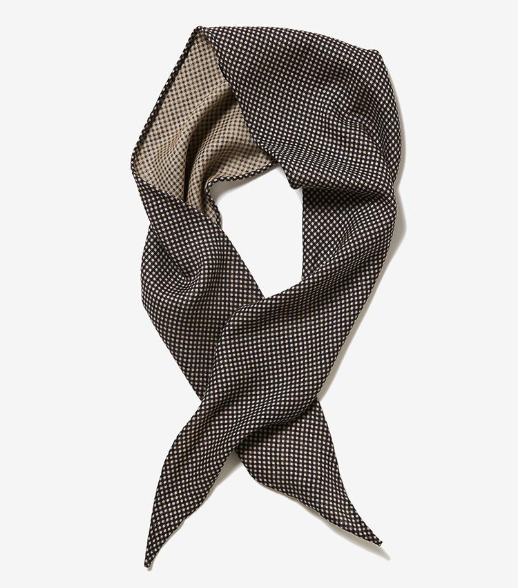 <p><strong>11.パッサージョ クラバッテのスカーフ</strong></p> <p>ナポリのネクタイブランドが手掛けるシルクスカーフは、ブラック×ベージュの細かいチェックが合わせる服を選ばない。約18×133cm。1万4000円(伊勢丹新宿店)</p>