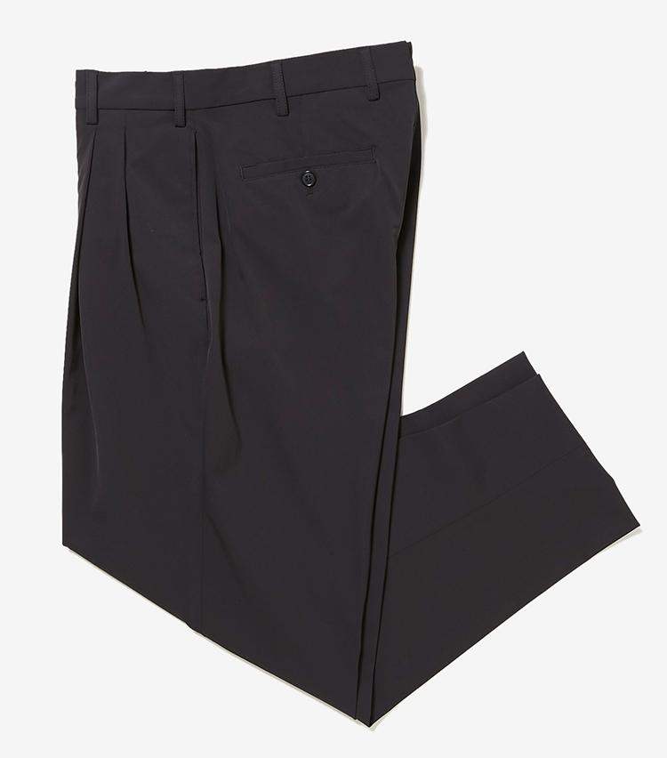 <p><strong>13.ボレリオのブラックパンツ</strong></p> <p>高品質で知られる、スイス・ショラー社のストレッチナイロン素材を使用。ナイロン素材ながら上質感漂うルックスは、ドレスにもカジュアルにも対応。すっきりした着丈や丸みのあるシルエット、2プリーツも今どきだ。3万6000円(伊勢丹新宿店)</p>