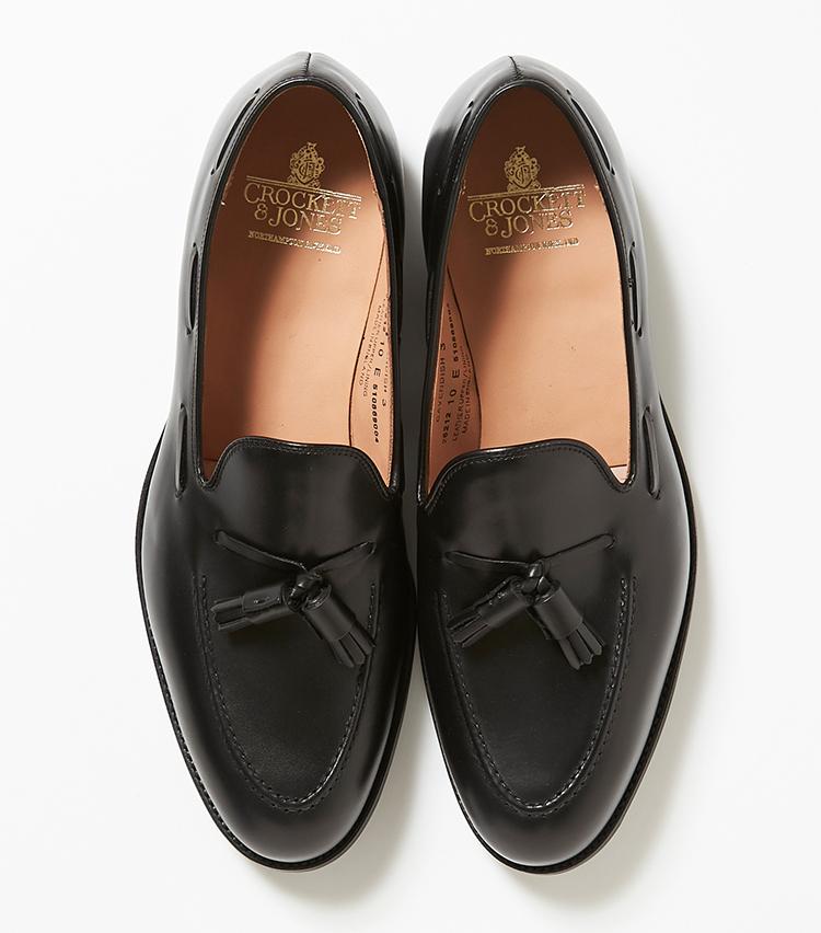 <p><strong>17.クロケット&ジョーンズの黒のタッセルローファー</strong></p> <p>トレンドのタッセルローファーの中でも人気の高い「キャベンディッシュ」。紐靴やローファーに加えて、こんなタッセルローファーもあると脱マンネリできる。8万2000円(伊勢丹新宿店)</p>