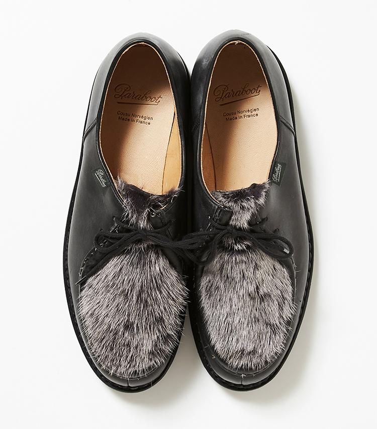 <p><strong>19.パラブーツの黒のファー付きシューズ</strong></p> <p>チロリアンシューズをベースにした「ミカエル」。登山靴に見られるノルウェイジャン製法を採用しているため、雨天に強い。部分ファーはコーディネートの好アクセントになる。8万4000円(伊勢丹新宿店)</p>