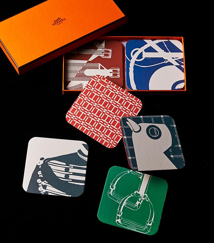 <p><strong>「トゥタンパピエ」</strong><br />お馴染みオレンジのボックスに納められた、紙製のコースターセット。それぞれにバリエーション豊かな絵柄が描かれていて、見ているだけで楽しい気分にさせてくれる。12枚入り。1万1000円</p>