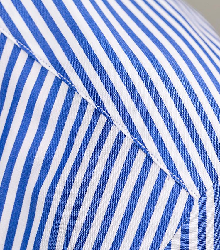 <p>ショルダーラインはミシン、袖つけには手縫いを採用し、端正さと柔らかい着心地を両立。</p>