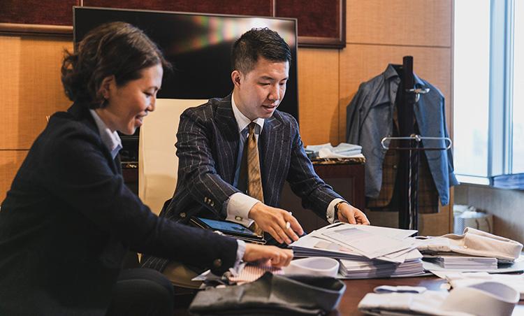 <p>実際にMEN'S EX ONLINE編集長・平澤がオーダーしたときの模様。ヤン氏が生地やデザインなどのアドバイスを行う。</p>