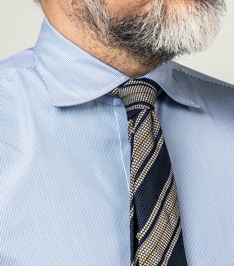 <p>もちろんタイドアップしても最高にエレガント。セッテピエゲなど軽やかなネクタイとはとりわけ相性がよい。</p>