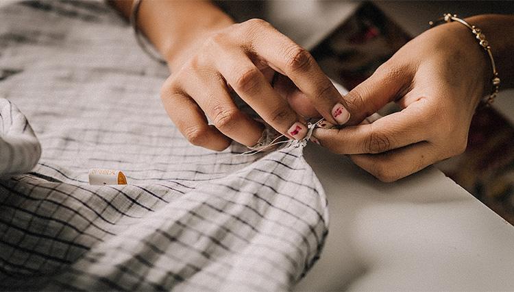 超絶手縫いシャツ「ハンドレッドハンズ」の魅力を、編集長が実際に着て検証!