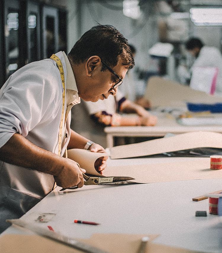 <p>ブランドのルーツは1860年にインドで創業したテキスタイルメーカー。1998年にはシャツ工房を構え、ハイエンドシャツファクトリーとして成長していった。</p>