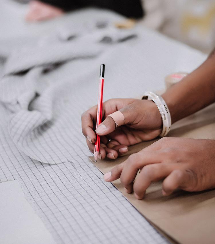 <p>本社は夫妻が住むオランダ・アムステルダムに、生産拠点はブランドの起源であるインドの工房に置いているのが特徴。</p>
