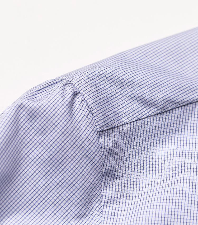 <p>シャツの着心地を左右する肩線や袖付け。もちろん手縫いで丁寧に仕上げられている。袖山がふんわりと丸みを帯びていて、貴族的な印象。</p>