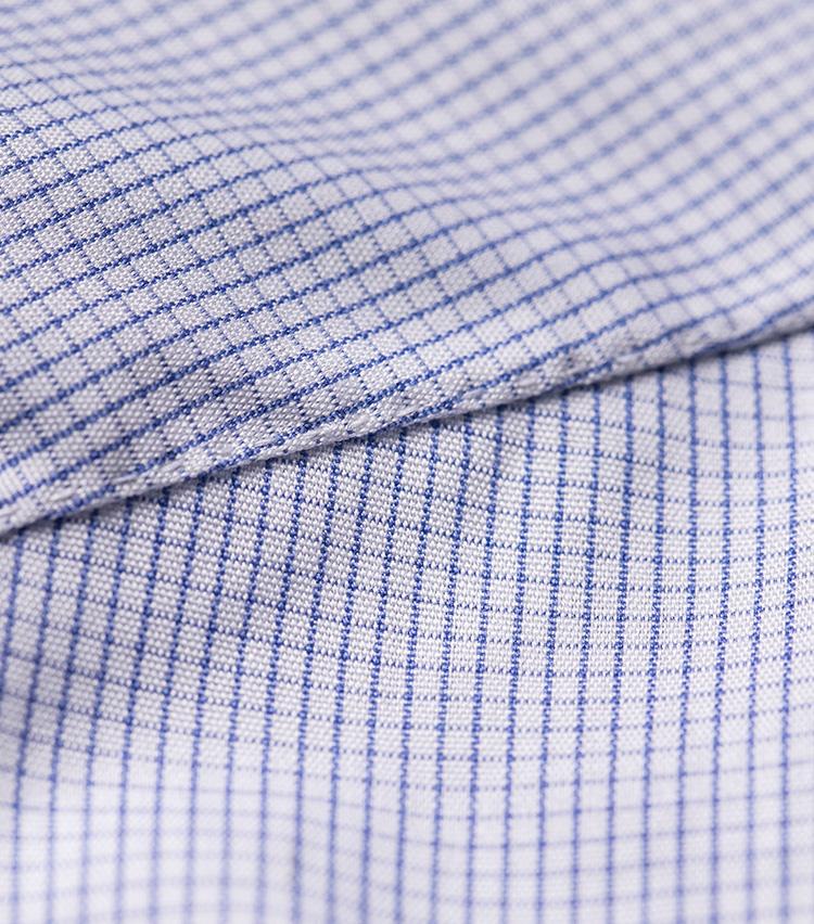 <p>1インチあたり25針という、非常に精密なピッチ。手縫いでここまで精巧なのはイタリアでも珍しい。</p>