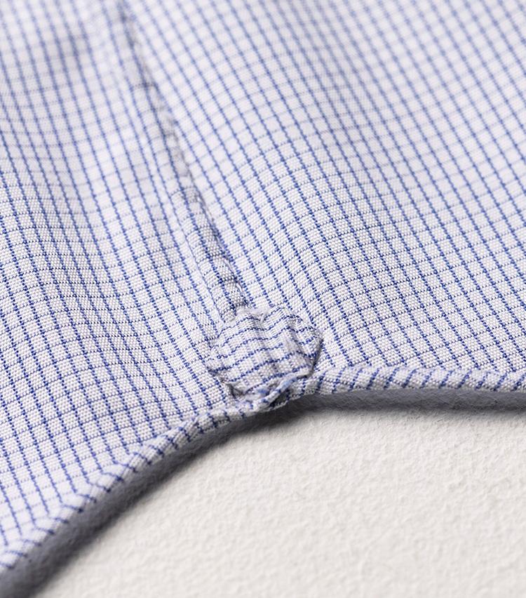 <p>裾の巻き縫いやガゼットも手縫い。巻きが大変細いのも特徴的で、クオリティの高さを物語っている。</p>