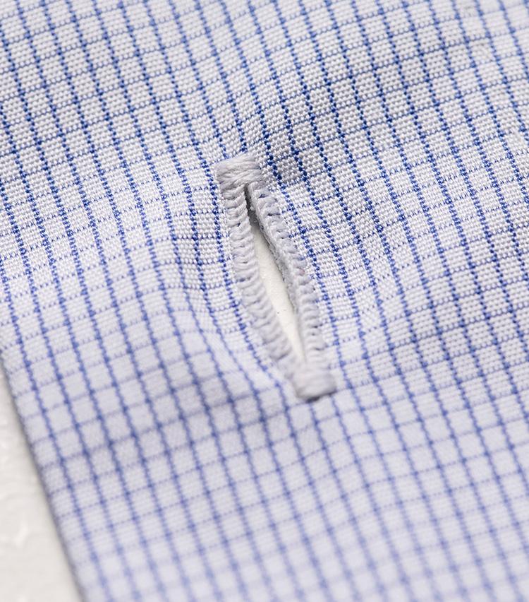 <p>ひとつボタンホールを手縫いするのに45分もの時間をかけているという。</p>