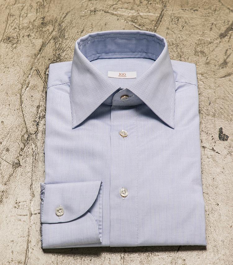 <p>ご覧の通り、なんとも美しい佇まいのオーダーシャツ。「いいシャツは、置いたときの顔をチェックせよ」とよく言われるが、ハンドの超絶技巧によるその精巧な作りはどのようにして生まれるのか……?</p>