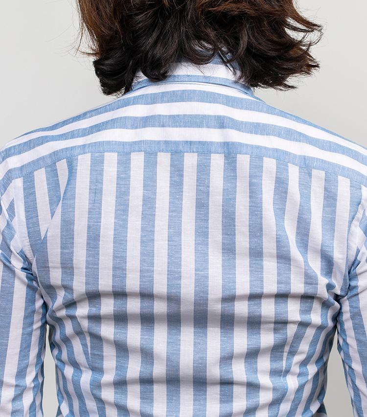<p>レディスのシャツは、背中部分はダーツを深めに取ってエレガントな雰囲気に。</p>