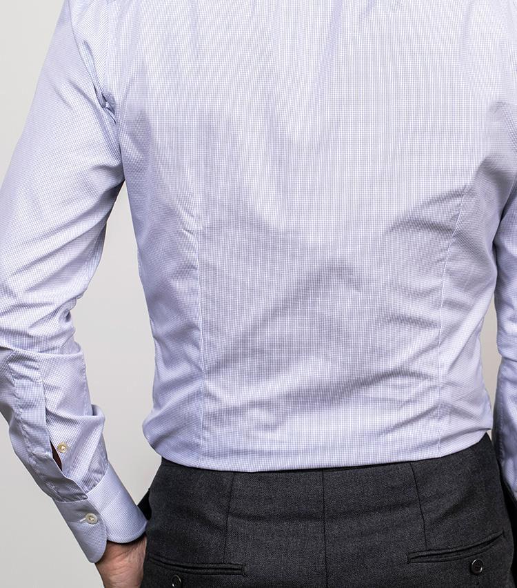 <p>メンズのシャツも、背面には適度にダーツを入れてシャープな雰囲気に。</p>