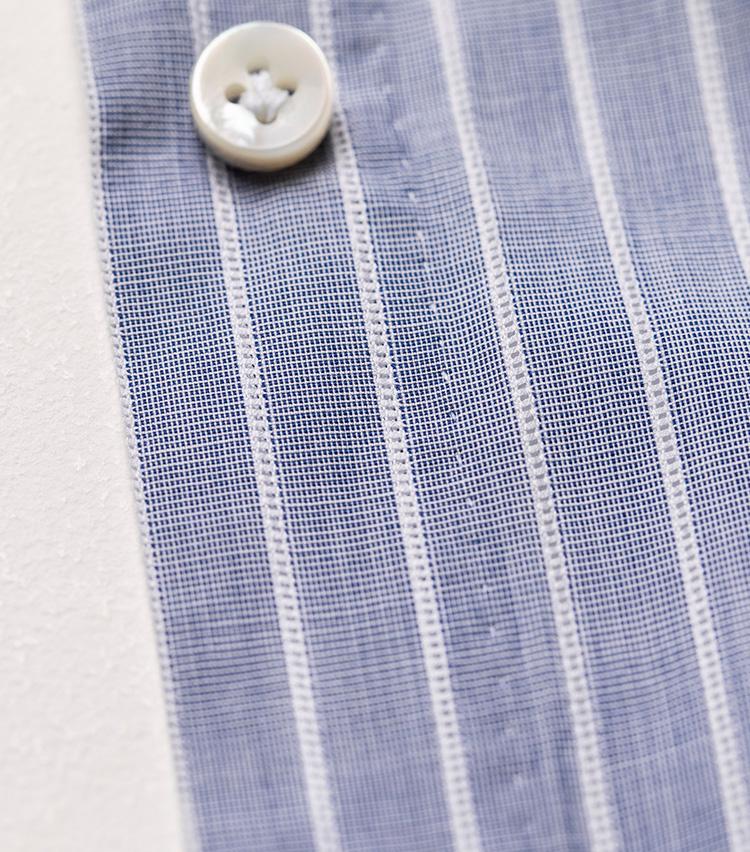 <p>こちらは平澤が過去にオーダーしたドレスシャツ。こうした逆抜きストライプのシャツ地だと、白糸の細やかなハンドステッチ具合がよく分かる。</p>