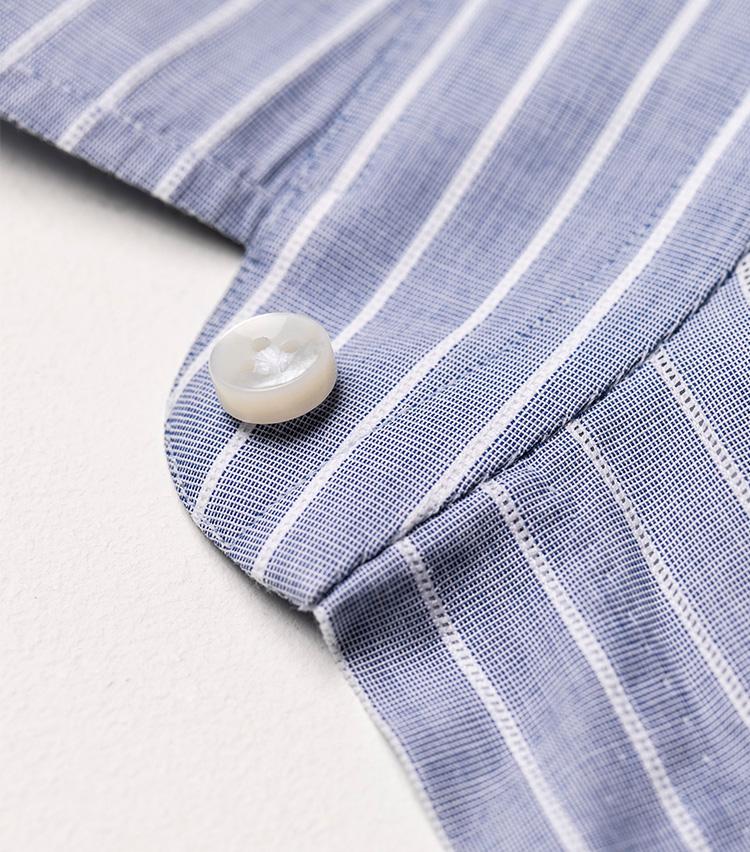 <p>台襟部分も、第一ボタンに向けてほのかに上り気味のカーブ。これによりボタンを開けたときも美しい胸元に。</p>