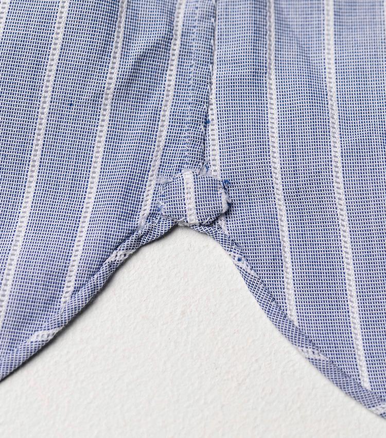 <p>裾の巻き縫いやサイドの縫いも超絶に細いが美しいハンドステッチがお見事。ガゼットは小さめにしているのが特徴。</p>