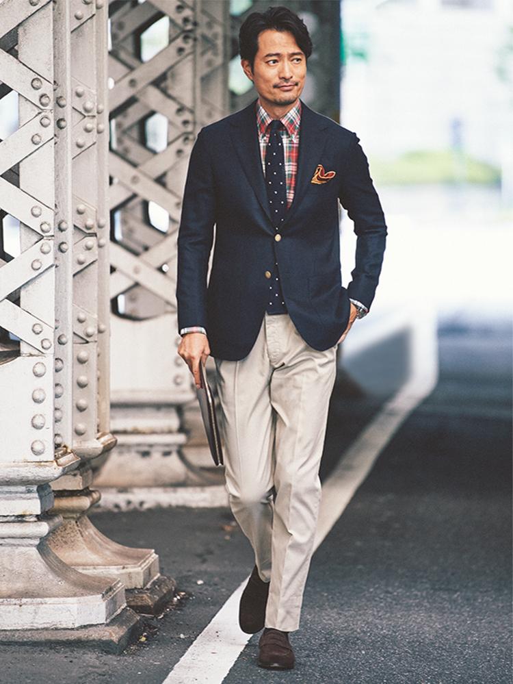 <p><strong>Check Shirt</strong></p> <p>紺ブレにチノパン、チェックシャツというアイビー風スタイル。しかしシルエットはスリムにまとめ、脱懐古を図った。</p>