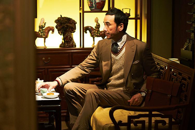 <p><strong>Tilden Sweater</strong></p> <p>今年様々なブランドが提案していたチルデンセーターを効かせたスーツスタイル。白や紺など定番色ではなく、柔和なベージュを選んだのがポイント。</p>