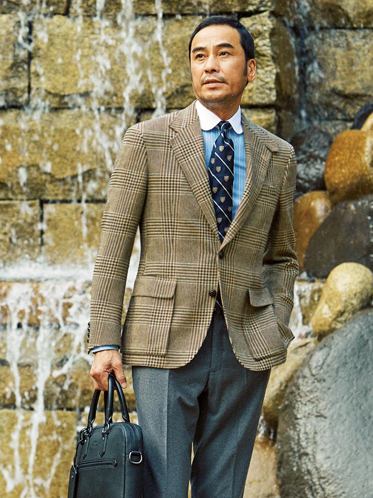 <p><strong>Crest Tie</strong></p> <p>クレストタイは本来品行方正なイメージだが、ここにスポーティなハンティング調ジャケットを合わせ意外性を狙った。</p>